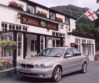 More class: Lunch break at the delightful Scafell Hotel at Rosthwaite, Borrowdale -- a delightful, privately owned time-capsule of comfort. Copyright © 2005, Eddie Wren